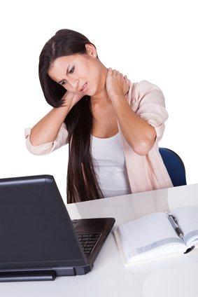Steifer Hals:  Ursachen und natürliche Heilmittel